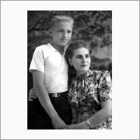 В. Коптюг с матерью. 1947 год