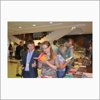 Участники ежегодной Всероссийской молодежной научной конференции знакомятся с изданиями ИИ СО РАН (2015 г.)