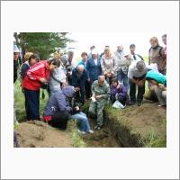 Участники Международной конференции «Почвы засушливых территорий, способы их рационального использования в современных условиях, предотвращение деградации и опустынивания» на полевой экскурсии (2013 г.)