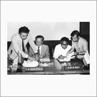 Ч.Н.Р. Рао подписывают протокол. 1987 год