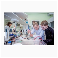 Молекулярные биологи за работой (лаборатория геномной и белковой инженерии ИХБФМ СО РАН)