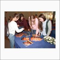 Дни науки-2019 – школьники знакомятся с научными журналами перед началом лекций в ИНГГ СО РАН. Фото из архива ИНГГ СО РАН.