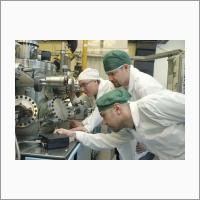 Проходит рост полупроводниковых структур на установке для молекулярно-лучевой эпитаксии соединений кадмий-ртуть-теллур