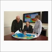 Главный научный сотрудник д.ф.-м.н. Чубаров Л.Б., д.ф.-м.н. Гусяков В.К. и научный сотрудник к.ф.-м.н. Бейзель С.А.