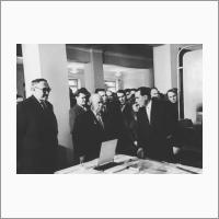 М.А. Лаврентьев, Н.С. Хрущев, К.Б. Карандеев на выставке первых достижений сибирских ученых. 1961 г. Источник: Архив ИАиЭ СО РАН.