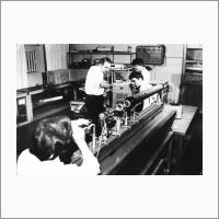 Лазерный интерферометр, впервые созданный в Институте автоматики и телеметрии. Слева - профессор В.П. Коронкевич. 1967 г. Источник: Архив ИАиЭ СО РАН.