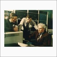 Слева направо - А.М. Ковалев, Э.А. Талныкин, Ю.Е. Нестерихин за пультом космического тренажера (на фоне ЭВМ «Электроника-125»). 1975 г. Автор снимка: Ахмеров Р.И. Источник: Фотоархив Отделения ГПНТБ СО РАН.