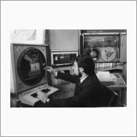 С графическим дисплеем на ЭВМ «Электроника-100» работает К.Ф. Обёртышев. Источник: Фотоархив Отделения ГПНТБ СО РАН.