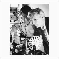 Лазерная спектроскопия. Слева направо: Г. Родионов и С.Г. Раутиан. Автор снимка: Новиков В.Т. Источник: Фотоархив Отделения ГПНТБ СО РАН.