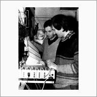 Эпизод Исследования светоиндуцированного дрейфа молекул. Слева направо: П.Л. Чаповский и А.Е. Бакарев (примерно 1985 г.). Источник: Архив ИАиЭ СО РАН.
