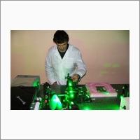 Ст.н.с., к.ф.-м.н. С.И. Каблуков проводит эксперимент по удвоению частоты волоконного лазера. Январь 2005 г. Автор снимка: Чуркин Д.В. Источник: Архив ИАиЭ СО РАН.