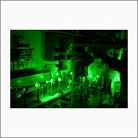 Д.ф.-м.н., с.н.с. Суровцев Николай Владимирович из лаборатории физической электроники исследует низкотемпературные фазовые переходы в вольфрамовых оксифторидах. Декабрь 2005 г. Автор снимка: Потатуркина Н.Г. Источник: Архив ИАиЭ СО РАН.