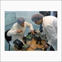 Сотрудники лаборатории волоконной оптики С.И. Каблуков и В.А. Акулов собирают волоконный лазер с удвоением частоты (примерно 2008 г.). Источник: Архив ИАиЭ СО РАН.