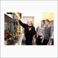 Старший научный сотрудник лаборатории физики лазеров ИАиЭ СО РАН, к.ф-м.н. С.Н. Атутов проводит экскурсию для школьников. Источник: Архив ИАиЭ СО РАН.