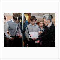 Старший научный сотрудник лаборатории оптических информационных систем ИАиЭ СО РАН, к.т.н. Е.Ф. Пен проводит экскурсию для школьников. Источник: Архив ИАиЭ СО РАН.