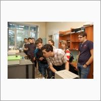 Научный сотрудник лаборатории волоконной оптики ИАиЭ СО РАН, к.ф-м.н. И.Д. Ватник проводит экскурсию для школьников. Источник: Архив ИАиЭ СО РАН.