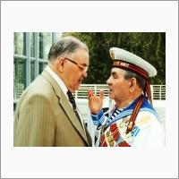 Н.Л. Добрецов с ветераном-моряком в День победы