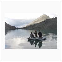 Отбор проб донных отложений в высокогорном озере, ЛИН СО РАН