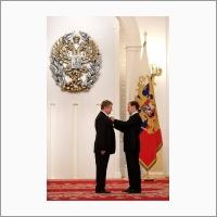 Дмитрий Медведев с лауреатом Государственной премии Российской Федерации Валентином Пармоном, 2010 г.