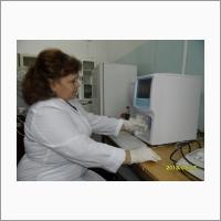 С.н.с., к.в.н. В.И. Раицкая за определением гематологических показателей крови животных