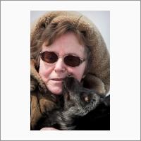 Трут Людмила Николаевна, д.б.н., одна из ведущих участниц знаменитого эксперимента академика Д.К. Беляева по доместикации лисиц с первых его этапов, автор книги об эксперименте, награжденной престижной премией Американской ассоциации содействия развитию науки.