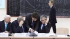 Михаил Котюков и Александр Сергеев рисуют матрицу больших вызовов и областей науки. Фото Пресс-службы ФАНО.