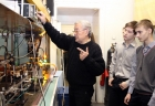 Старший научный сотрудник ИАиЭ к.ф.- м.н. Сергей Никитич Атутов меняет цвет излучения лазера, объясняя ребятам принцип его работы.