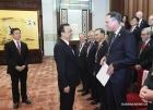 Премьер Госсовета КНР Ли Кэцян поздравляет иностранных граждан.