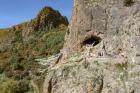 Вход в пещеру Байшия – около 5 м в высоту и 7 м в ширину. Тибетское нагорье (Сяхэ, КНР)