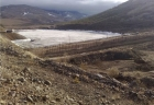 Вид на грунтовую плотину на ручье Поисковый (Якутия)