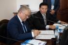 Валентин Пармон и Будээбазар Авид подписывают соглашение. Фото Ю. Поздняковой