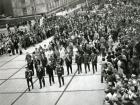 Празднование Дня Победы. Колонна ветеранов идет по Морскому проспекту Академгородка. Фото В. Новикова