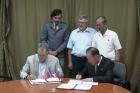 Михаил Воевода и Ко Кван Зин подписывают соглашение о научном сотрудничестве. Фото Александры Федосеевой